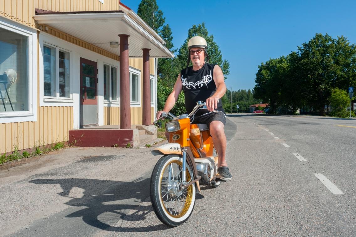 Jukka Niskanen kunnostaa vanhoja Pappatuntureita.