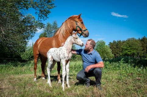 Arma Ratsutalun omistaja hevosten kanssa.
