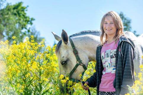 Arma Ratsutalun omistajan tytär hevosensa kanssa.